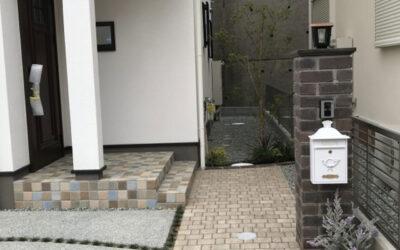 レンガ門柱と白いポスト